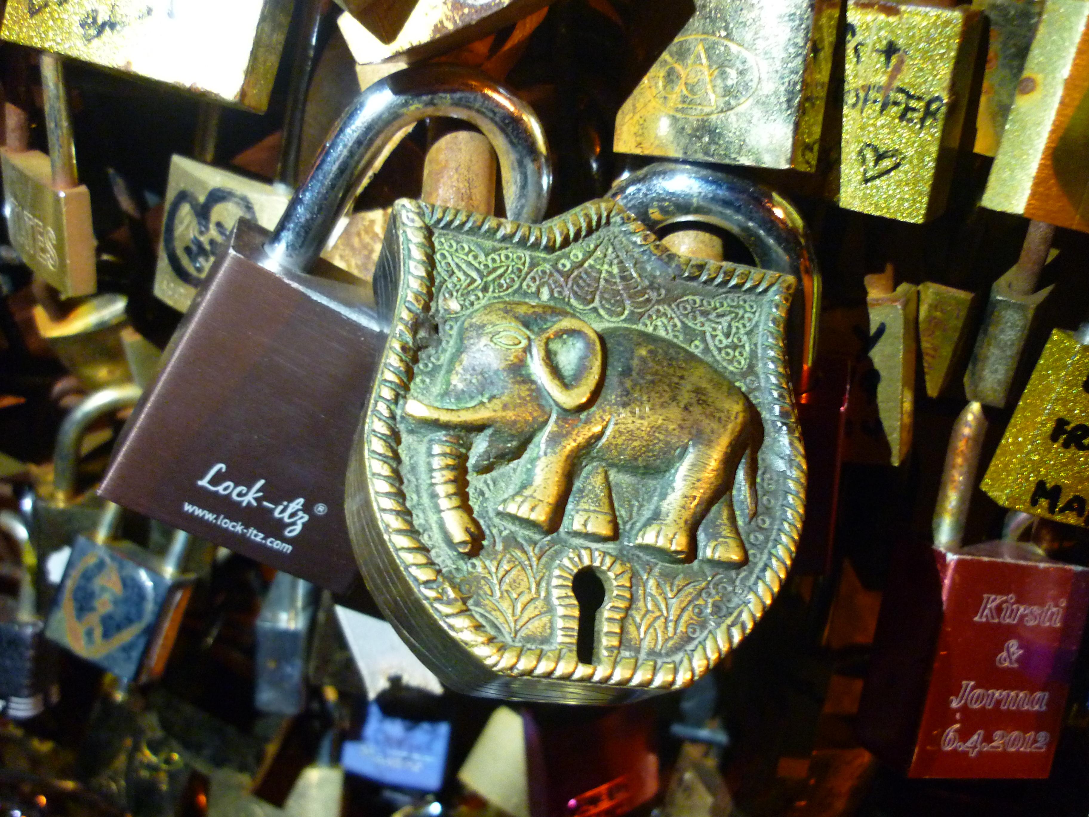 Des cadenas sur un pont parisien